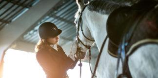 Frau mit Pferd - Abnehmen durch Pferdesport