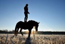 Reiterin ohne Sattel - stehend